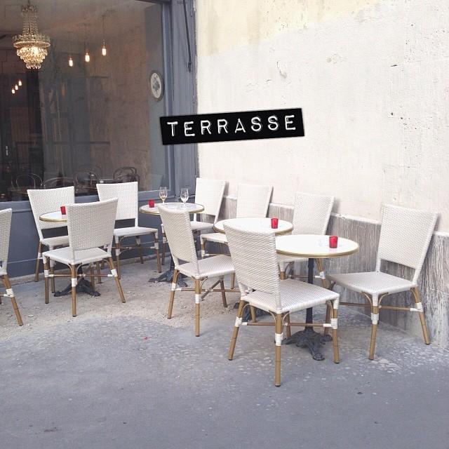 Les gars, je crois que j'ai trouvé la meilleure terrasse de Paris : rue calme, grand trottoir et soleil... What else ?! #terrasse #cityguideparis #chezmademoiselle #soleil #printemps #youpi