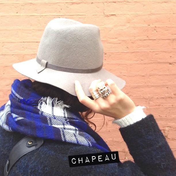 Froid + pluie = temps à chapeau. Il faut bien qu'il y ait quelques avantages ! #chapeau #comptoirdescotonniers